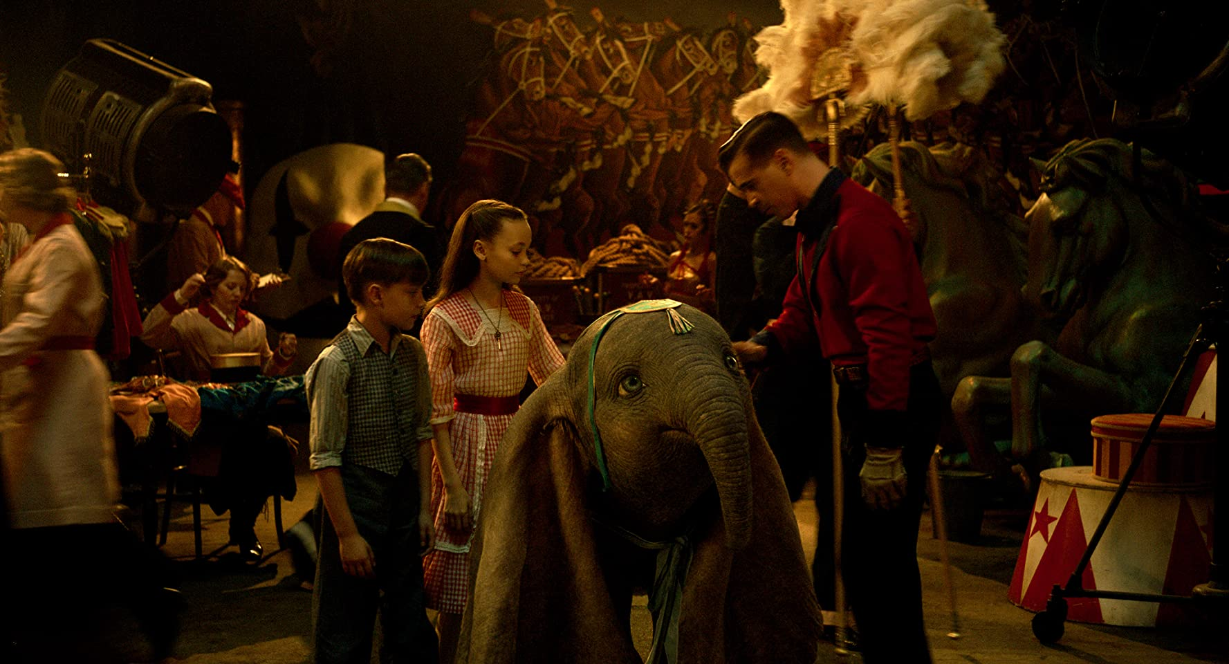 Colin Farrell, Finley Hobbins, and Nico Parker in Dumbo (2019)
