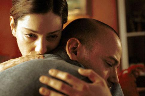 Giovanna Mezzogiorno and Filippo Nigro in La finestra di fronte (2003)