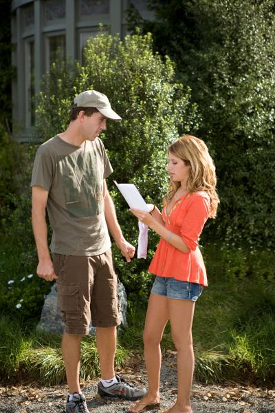 John Schultz dan Ashley Tisdale dalam film Aliens in the Attic (2009)