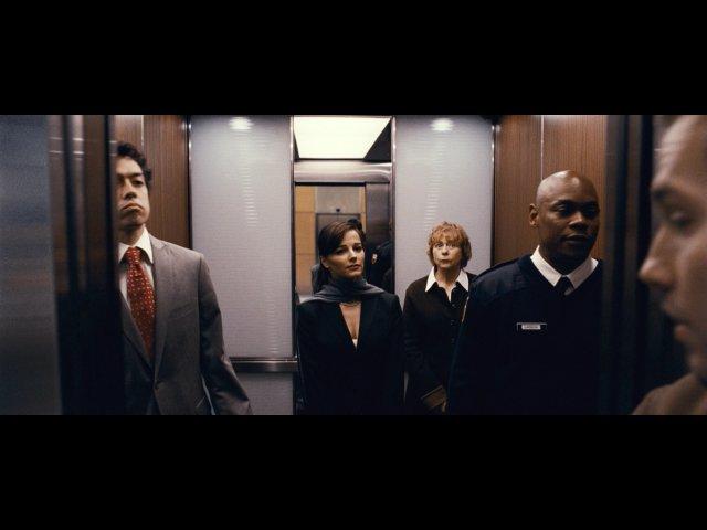 MV5BMTUyMTMwNDU4N15BMl5BanBnXkFtZTcwOTcwOTU2Mw@@. V1  - 5 Film Paling Menegangkan Dengan Setting satu ruangan, Keren!