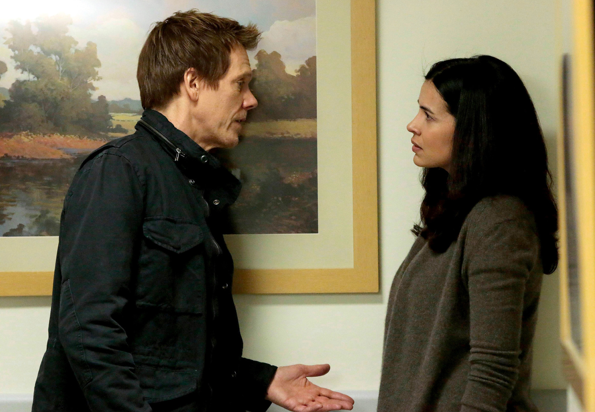 Kevin Bacon and Zuleikha Robinson in The Following (2013)