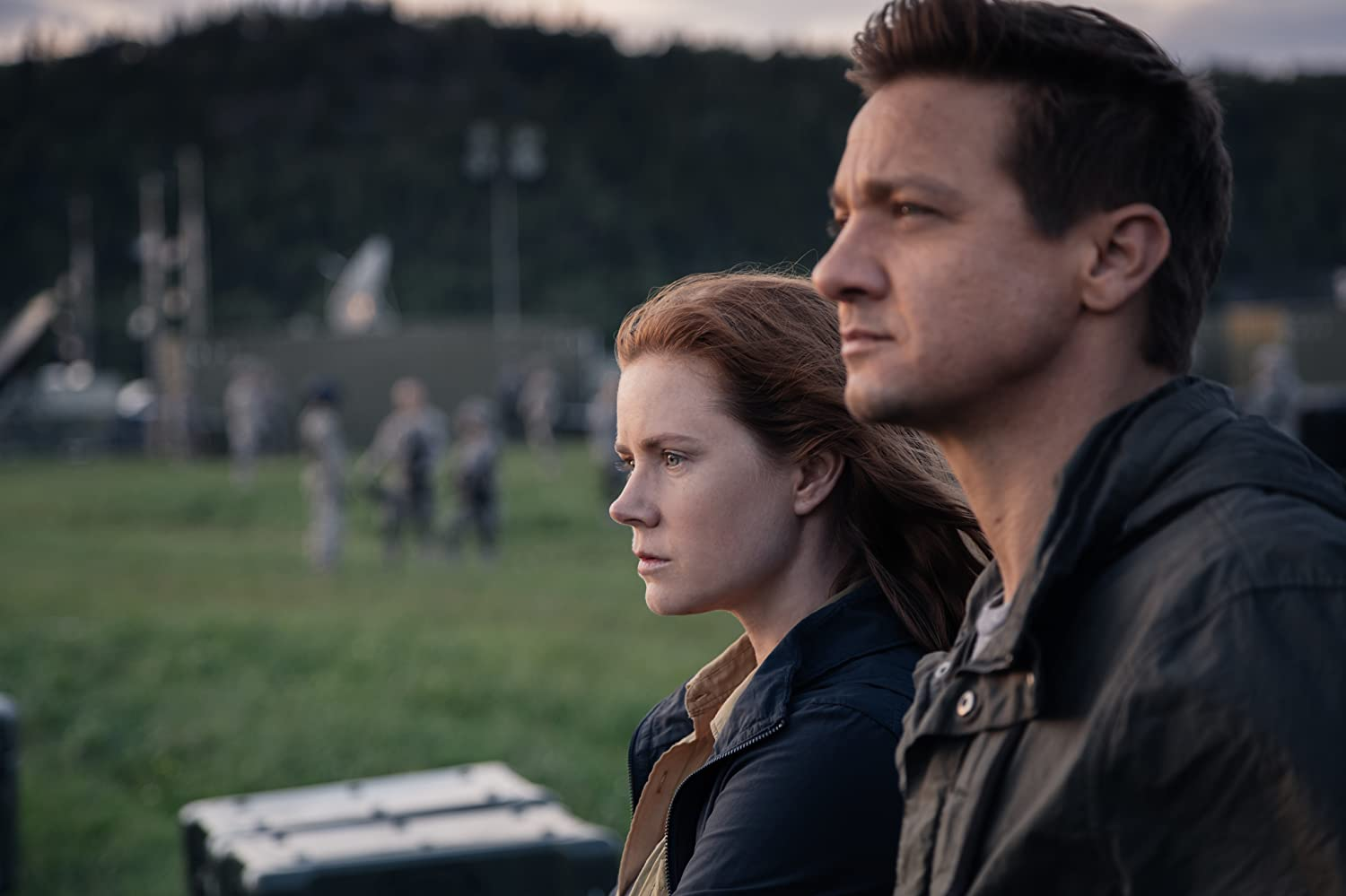Amy Adams and Jeremy Renner in Arrival 2016