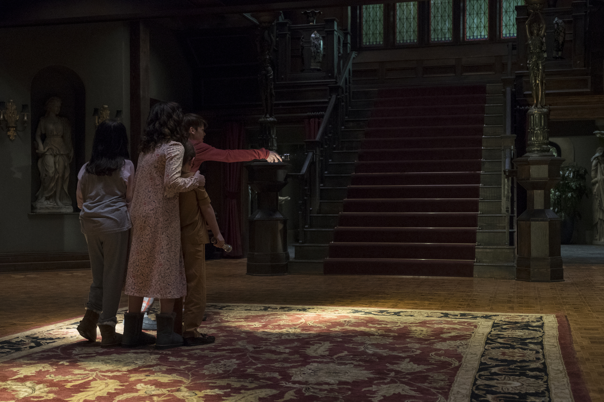 Mckenna Grace, Lulu Wilson, Julian Hilliard, and Paxton Singleton in The Haunting of Hill House (2018)