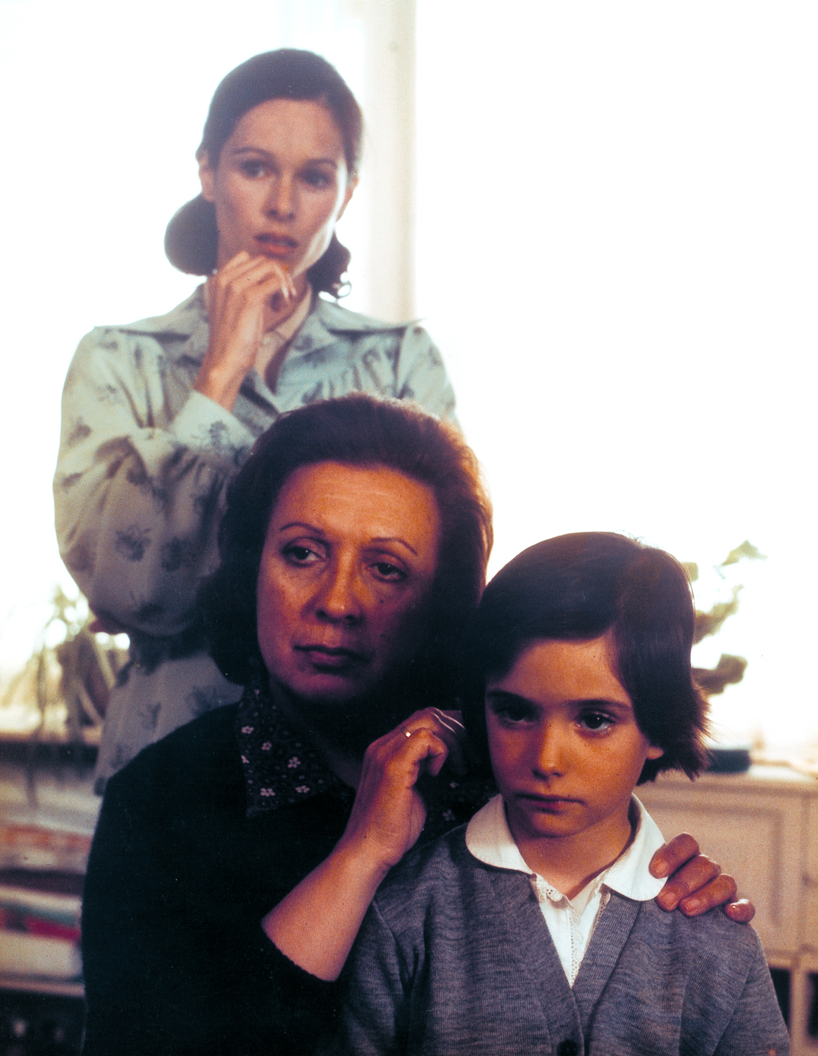 Geraldine Chaplin, Florinda Chico, and Ana Torrent in Cría cuervos (1976)