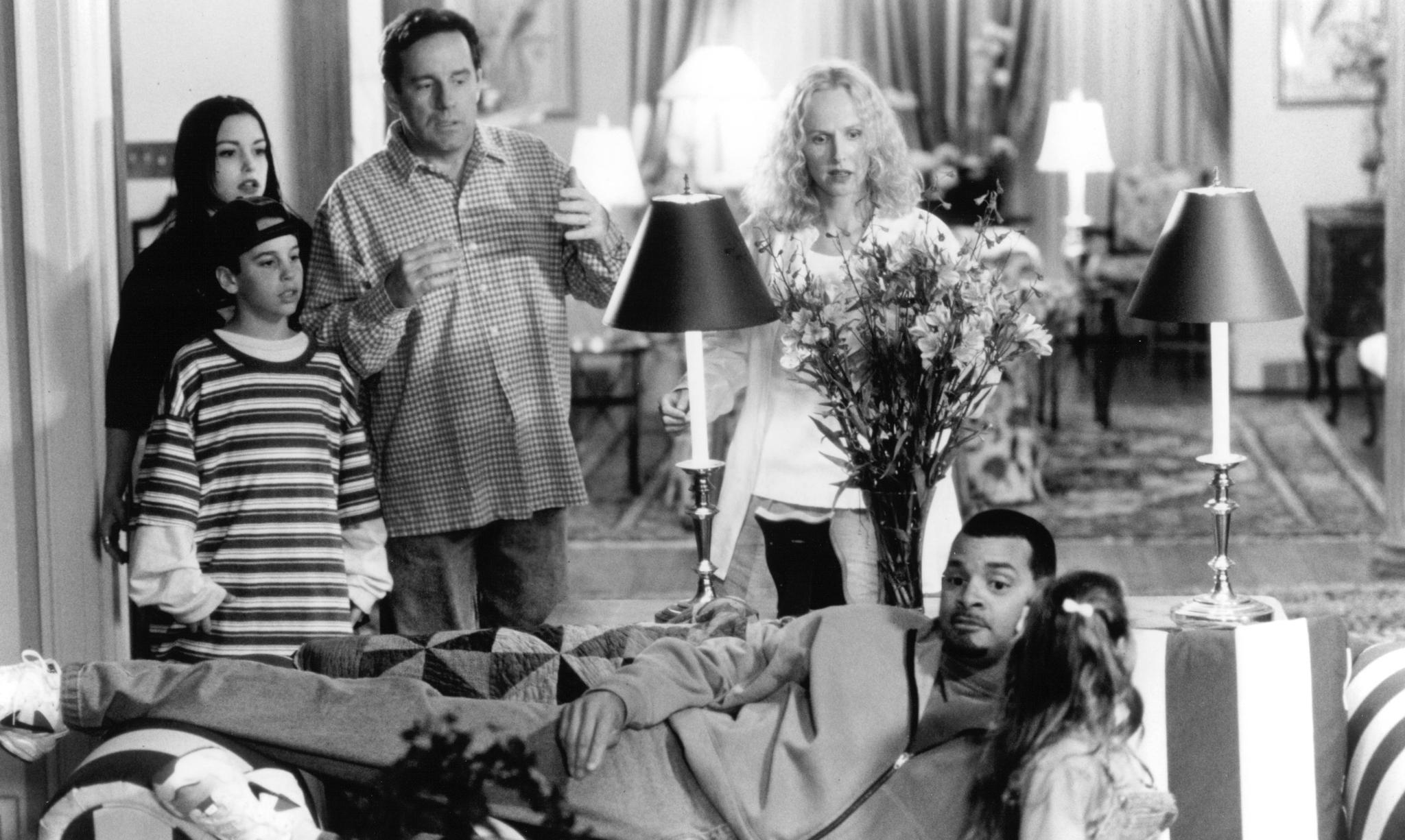 Kim Greist, Sinbad, Phil Hartman, Chauncey Leopardi, Kim Murphy, and Talia Seider in Houseguest (1995)