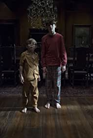 Julian Hilliard and Paxton Singleton in The Haunting of Hill House (2018)