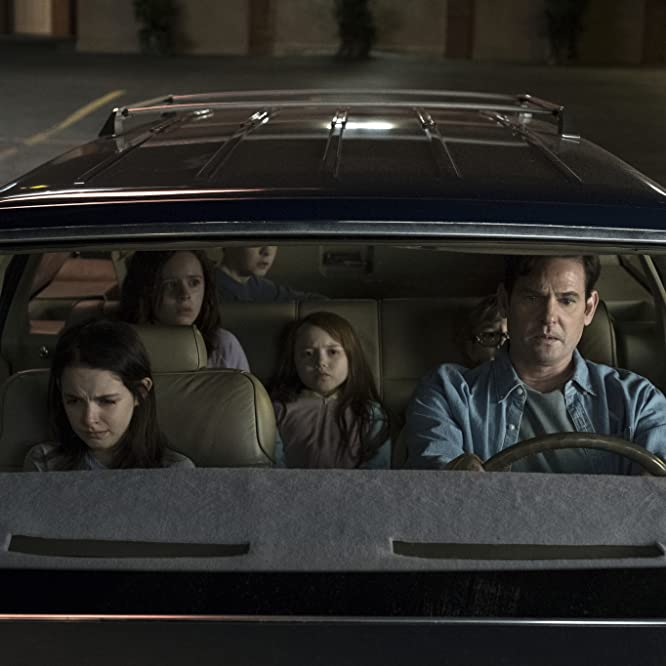 Henry Thomas, Mckenna Grace, Lulu Wilson, Julian Hilliard, Paxton Singleton, and Violet McGraw in The Haunting of Hill House (2018)