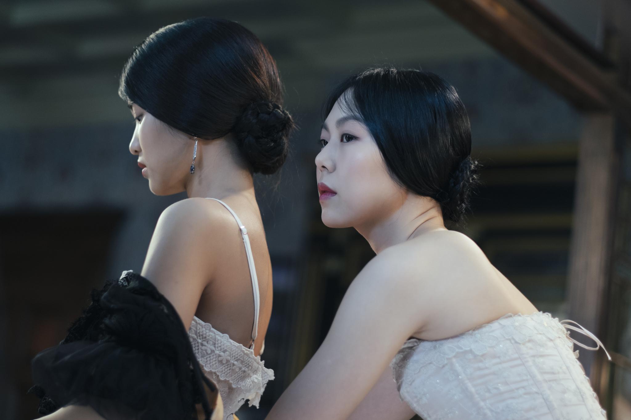 Kim Min-hee and Kim Tae-ri in Ah-ga-ssi (2016)
