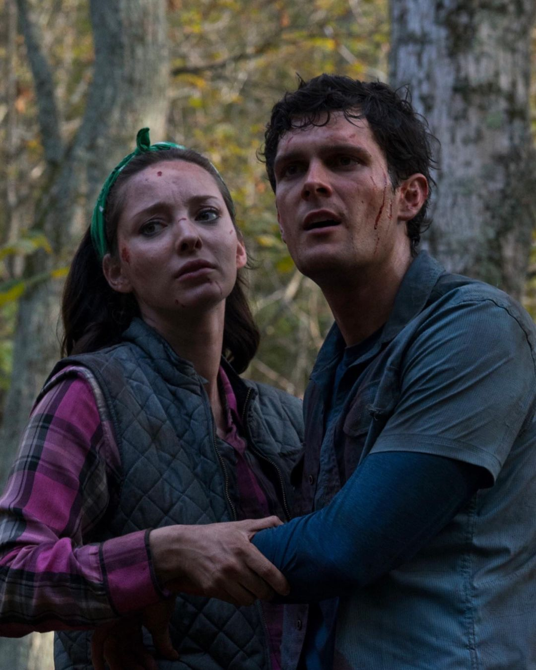 Emma Dumont and Dylan McTee in Wrong Turn (2021)