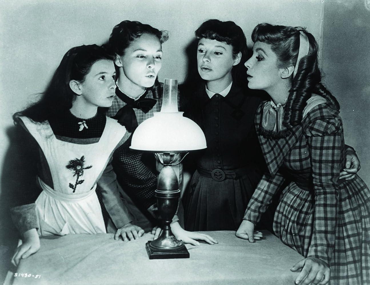 1949年《小婦人》第一次以彩色電影方式拍攝,由伊莉莎白泰勒飾演一心嫁入豪門的夭妹艾美(圖最右)。