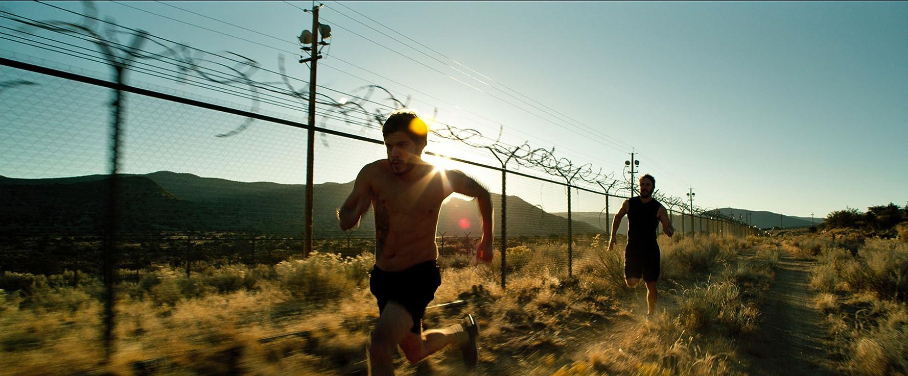 Emile Hirsch and Taylor Kitsch in Lone Survivor (2013)