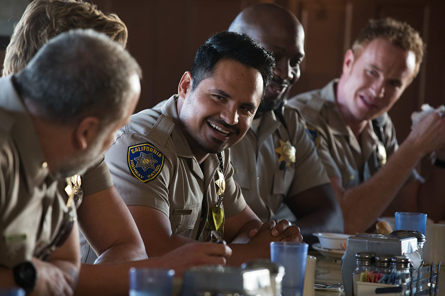 Michael Peña and Ryan Hansen in CHIPS (2017)