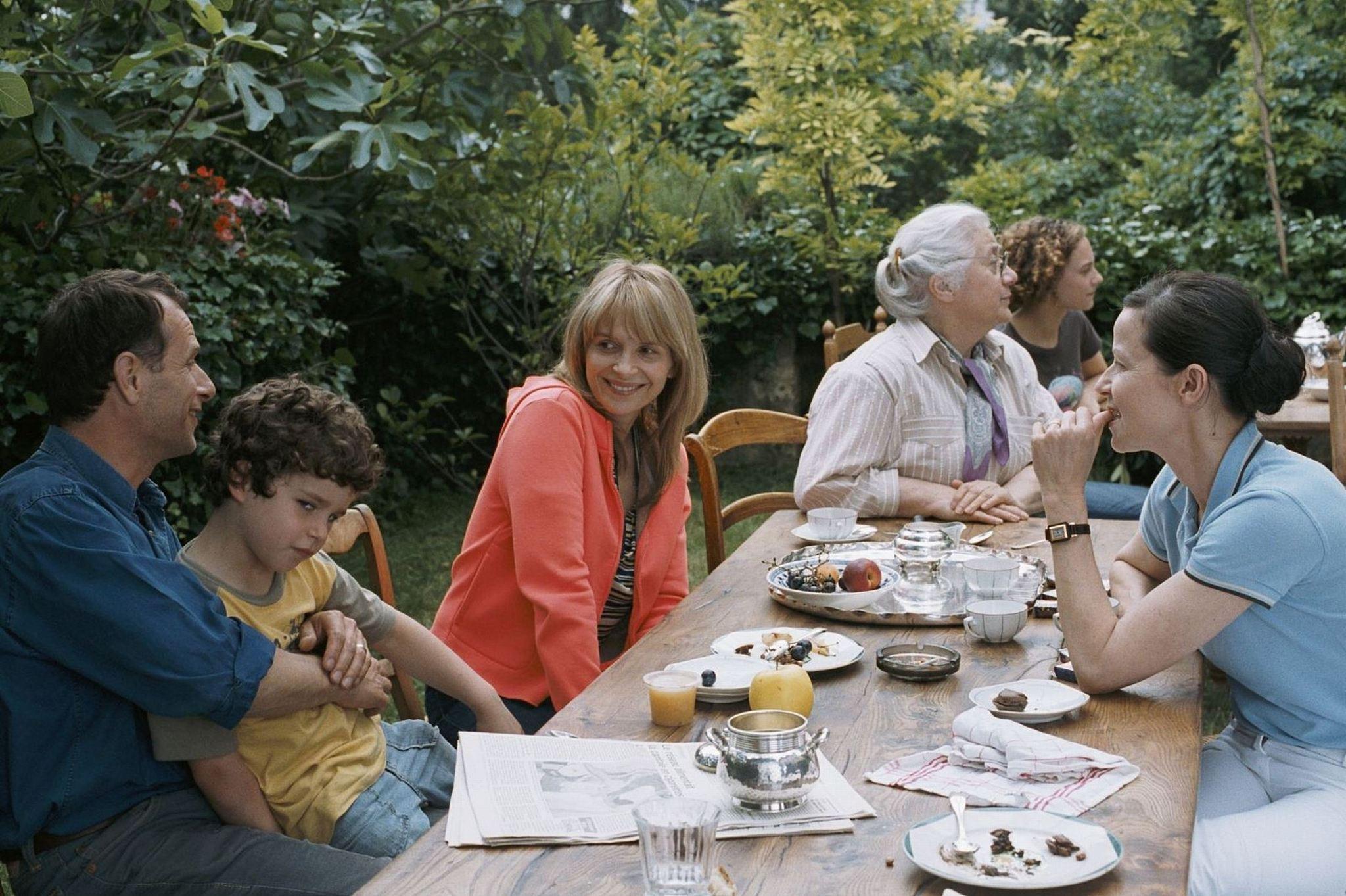 Juliette Binoche, Charles Berling, Dominique Reymond, Isabelle Sadoyan, Alice de Lencquesaing, and Max Ricat in L'heure d'été (2008)