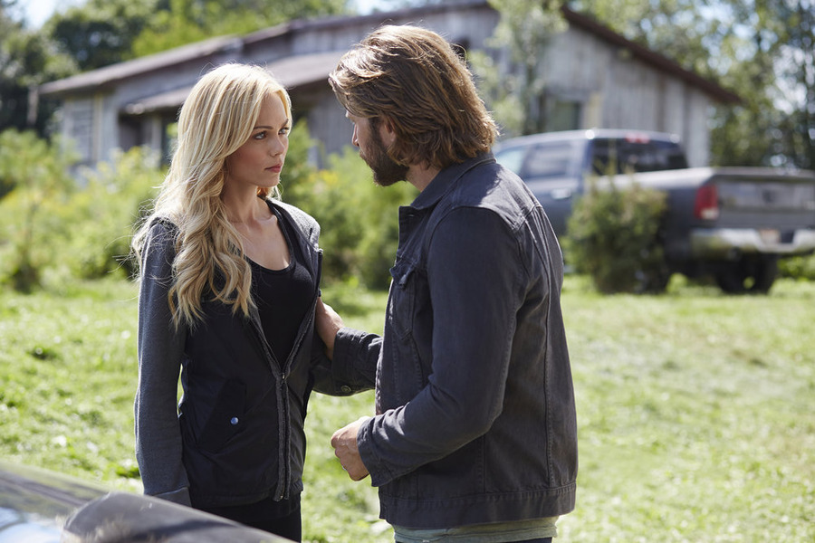 Laura Vandervoort and Greyston Holt in Bitten (2014)