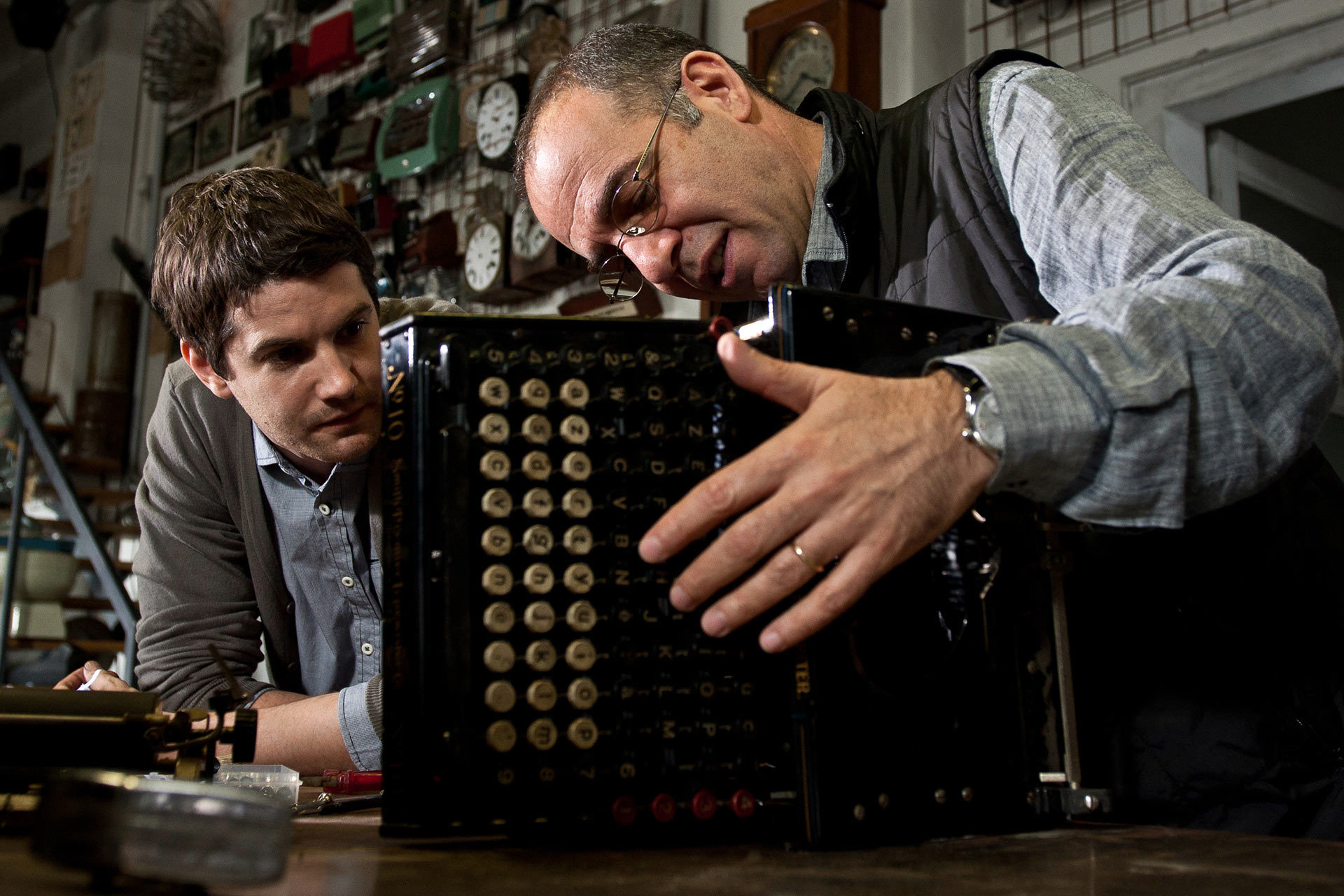 Jim Sturgess and Giuseppe Tornatore in La migliore offerta (2013)