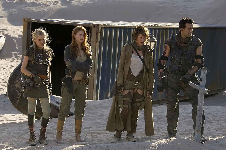 Milla Jovovich, Oded Fehr, Ali Larter, and Spencer Locke in Resident Evil: Extinction (2007)