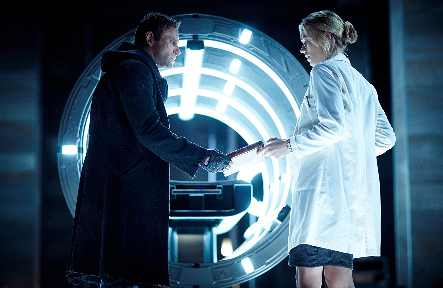 Aaron Eckhart and Yvonne Strahovski in I, Frankenstein (2014)