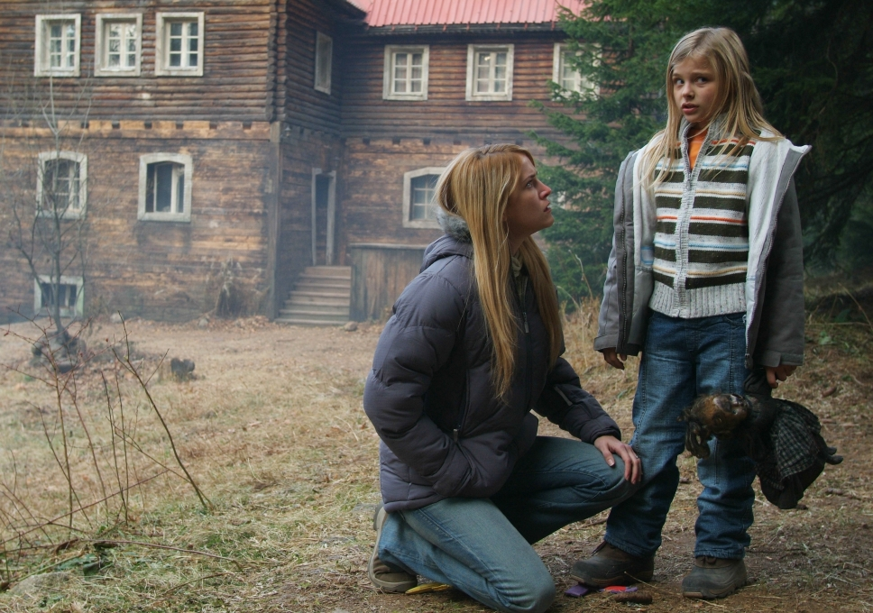 Lori Heuring and Chloë Grace Moretz in Wicked Little Things (2006)