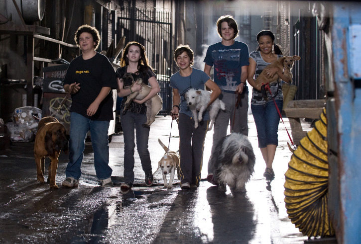 Kyla Pratt, Emma Roberts, Jake T. Austin, Troy Gentile, Johnny Simmons, and Cosmo in Hotel for Dogs (2009)