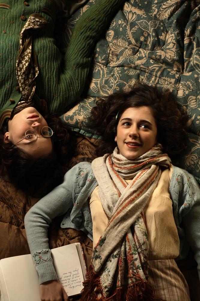 Felicity Jones dan Ellie Kendrick dalam The Diary of Anne Frank (2009)