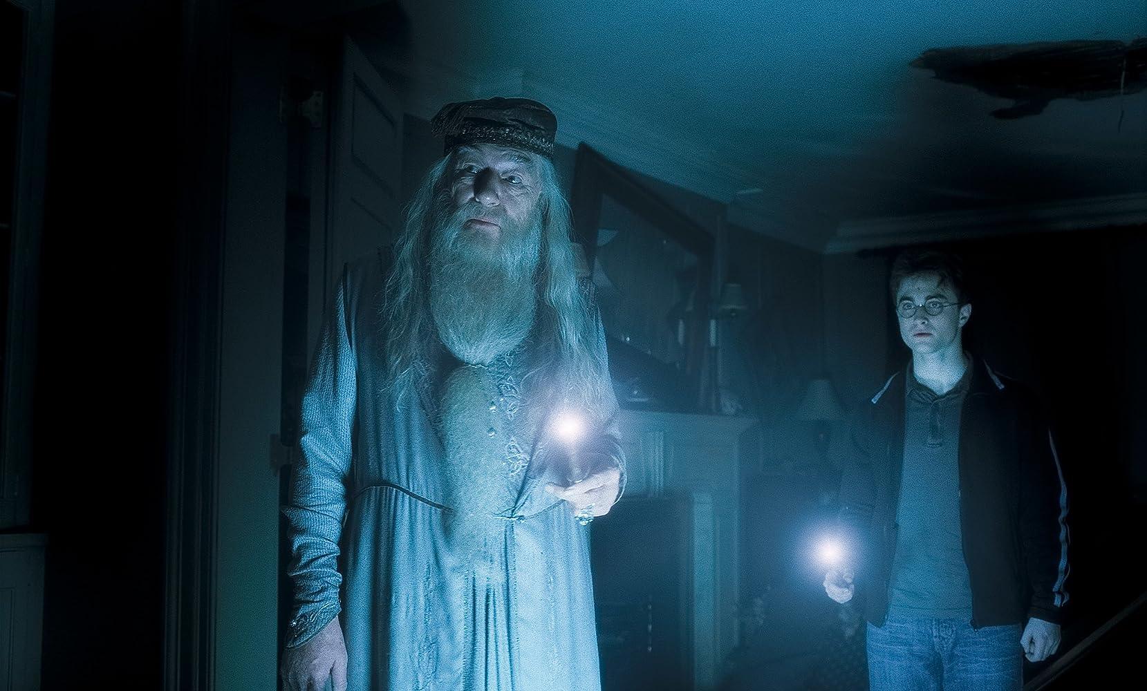 Ondanks dat Harry Potter de hoofdpersoon is, worden andere karakters in Harry Potter and the Half-Blood Prince naar voren geschoven