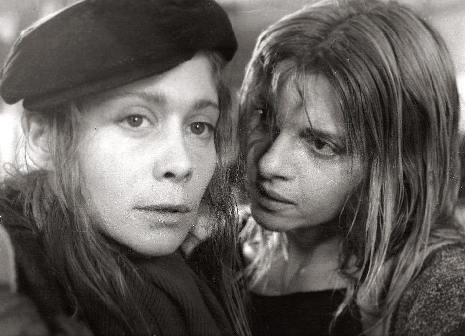 Leonor Benedetto and Camila Perissé in Atrapadas (1984)