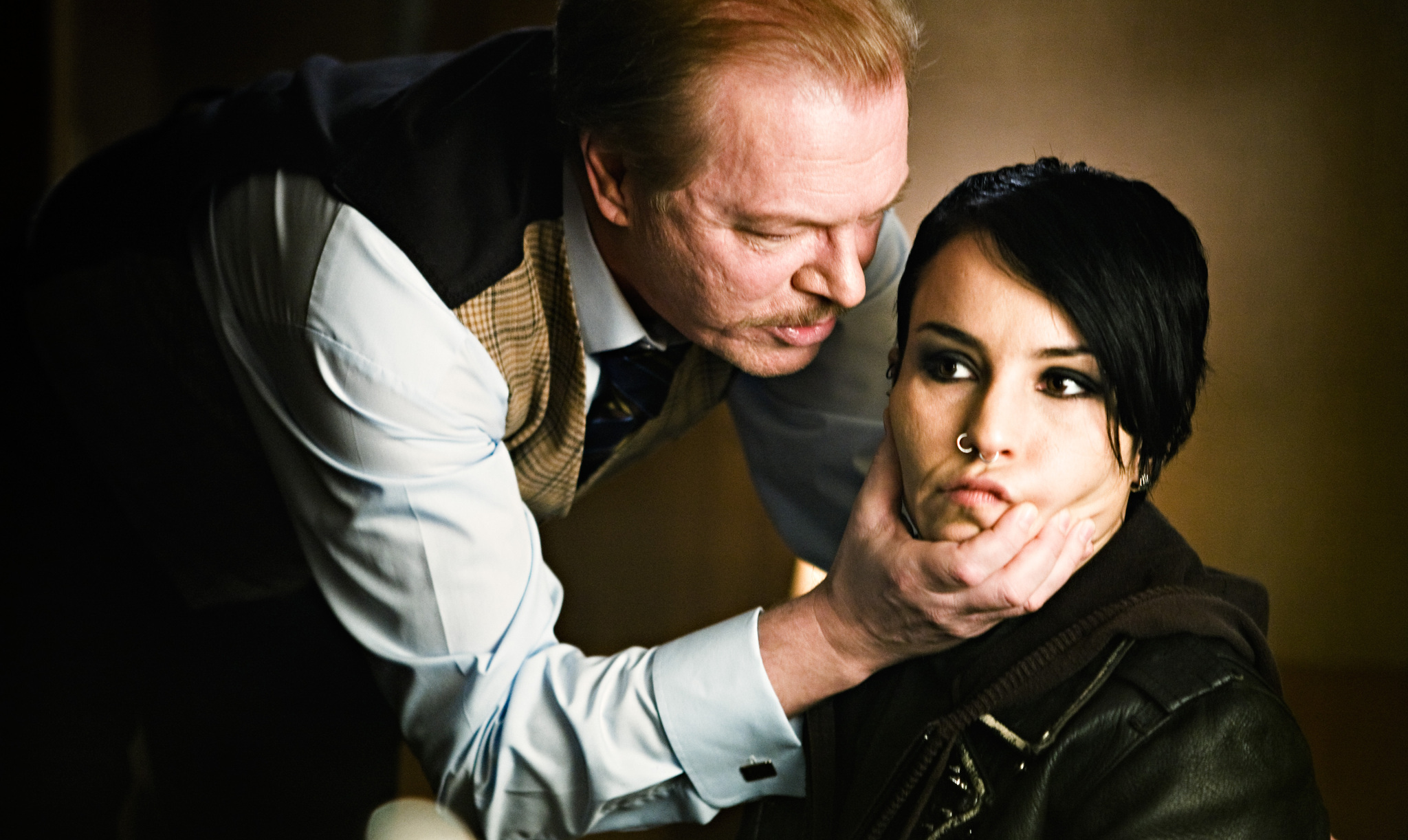 Peter Andersson and Noomi Rapace in Män som hatar kvinnor (2009)
