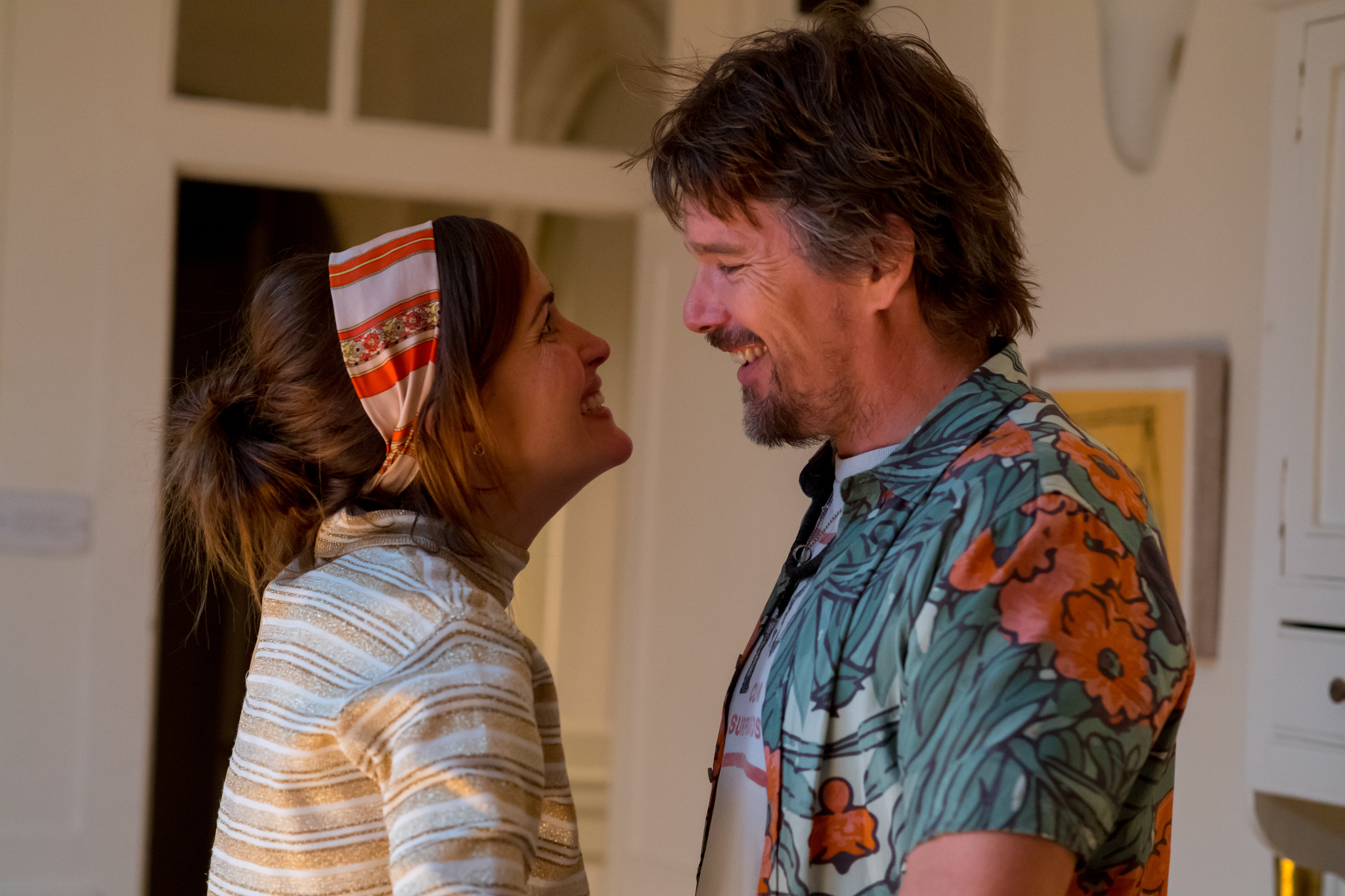 Ethan Hawke and Rose Byrne in Juliet, Naked (2018)