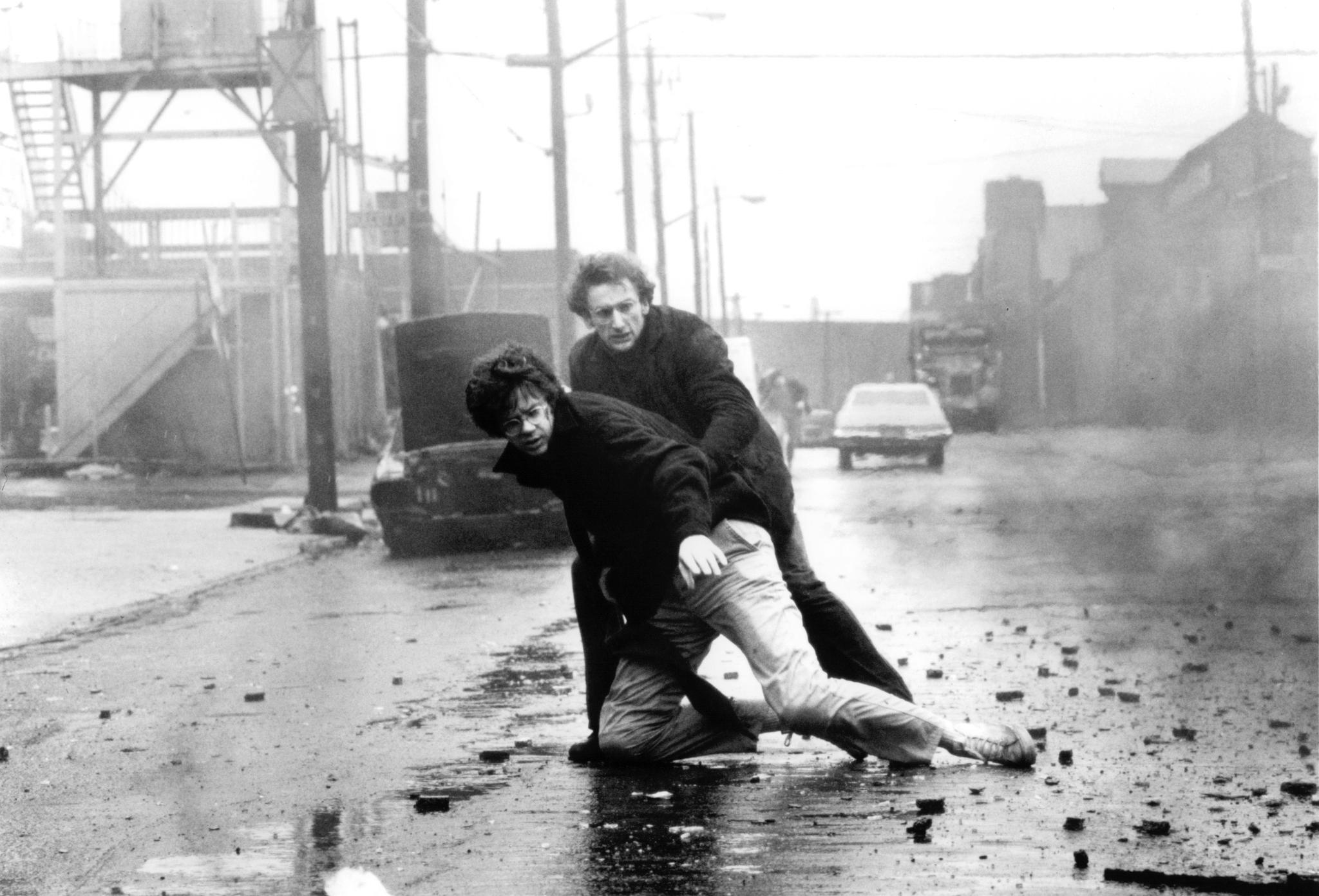 Tim Robbins and Matt Craven in Jacob's Ladder (1990)
