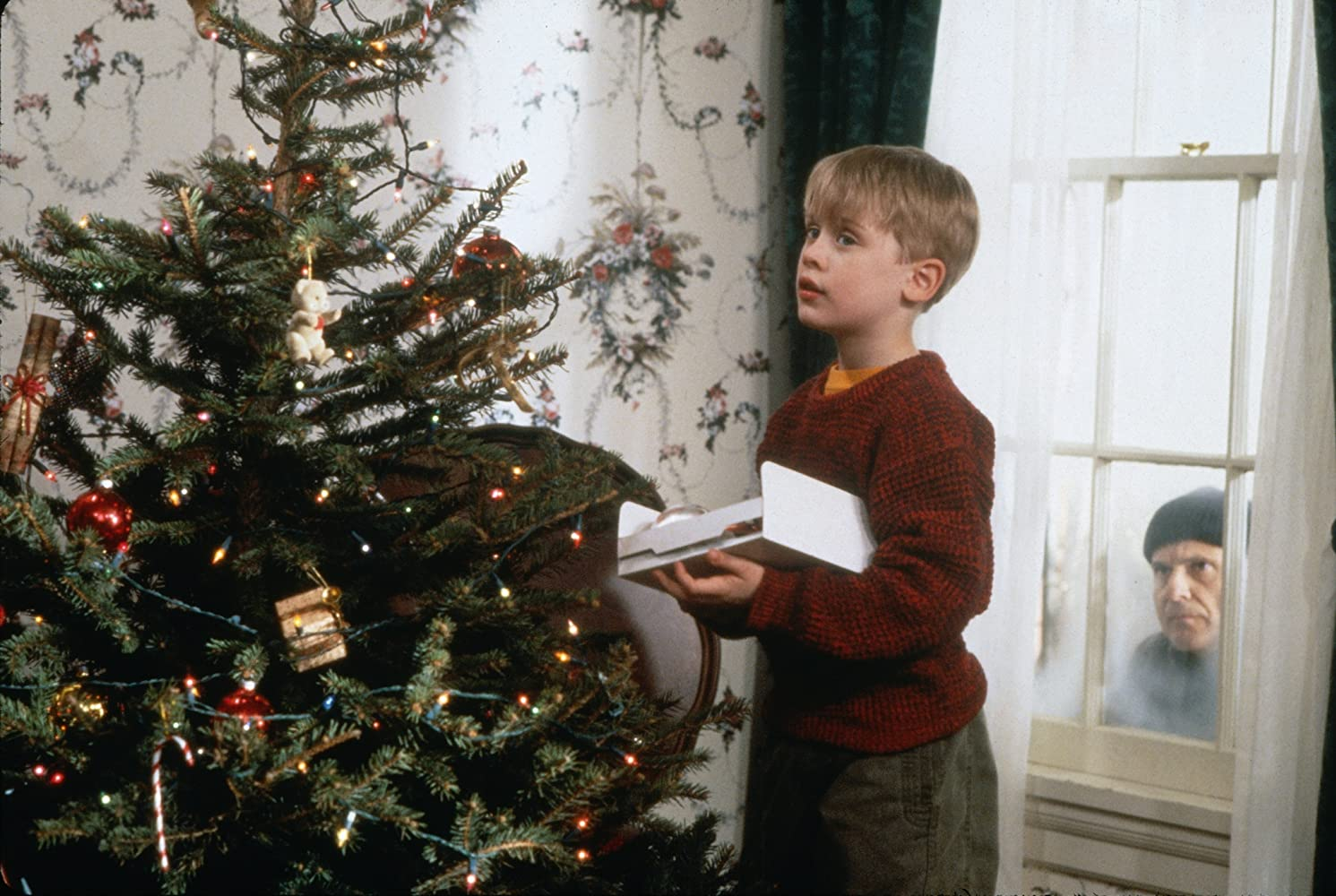 Macaulay Culkin and Joe Pesci in Home Alone (1990)