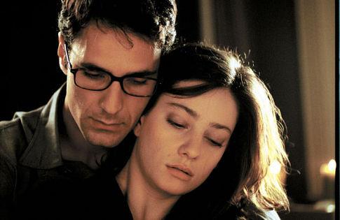 Raoul Bova and Giovanna Mezzogiorno in La finestra di fronte (2003)