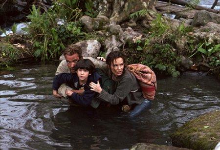 Arnold Schwarzenegger, Francesca Neri, and Tyler Posey in Collateral Damage (2002)