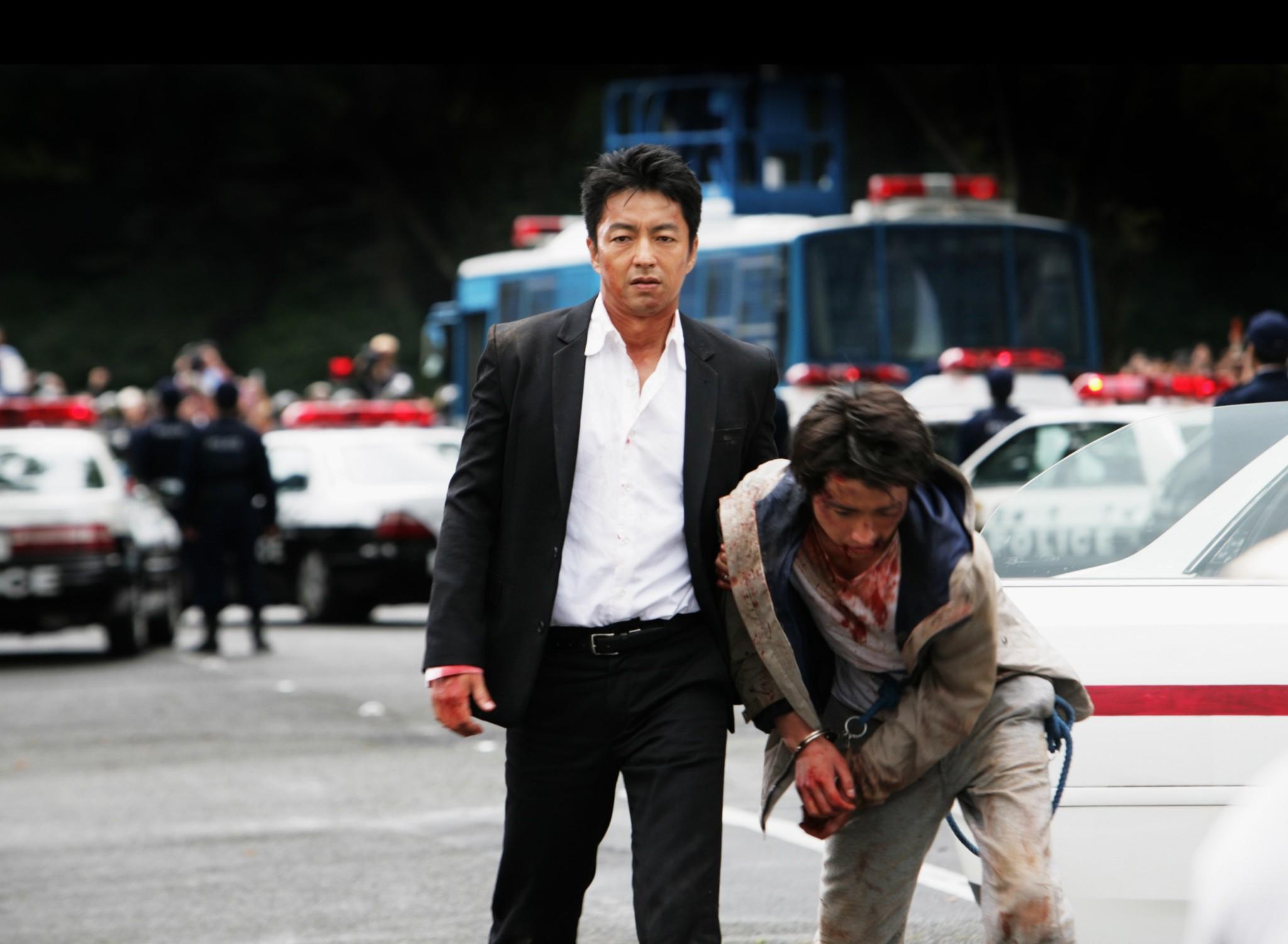Tatsuya Fujiwara and Takao Osawa in Wara no tate (2013)