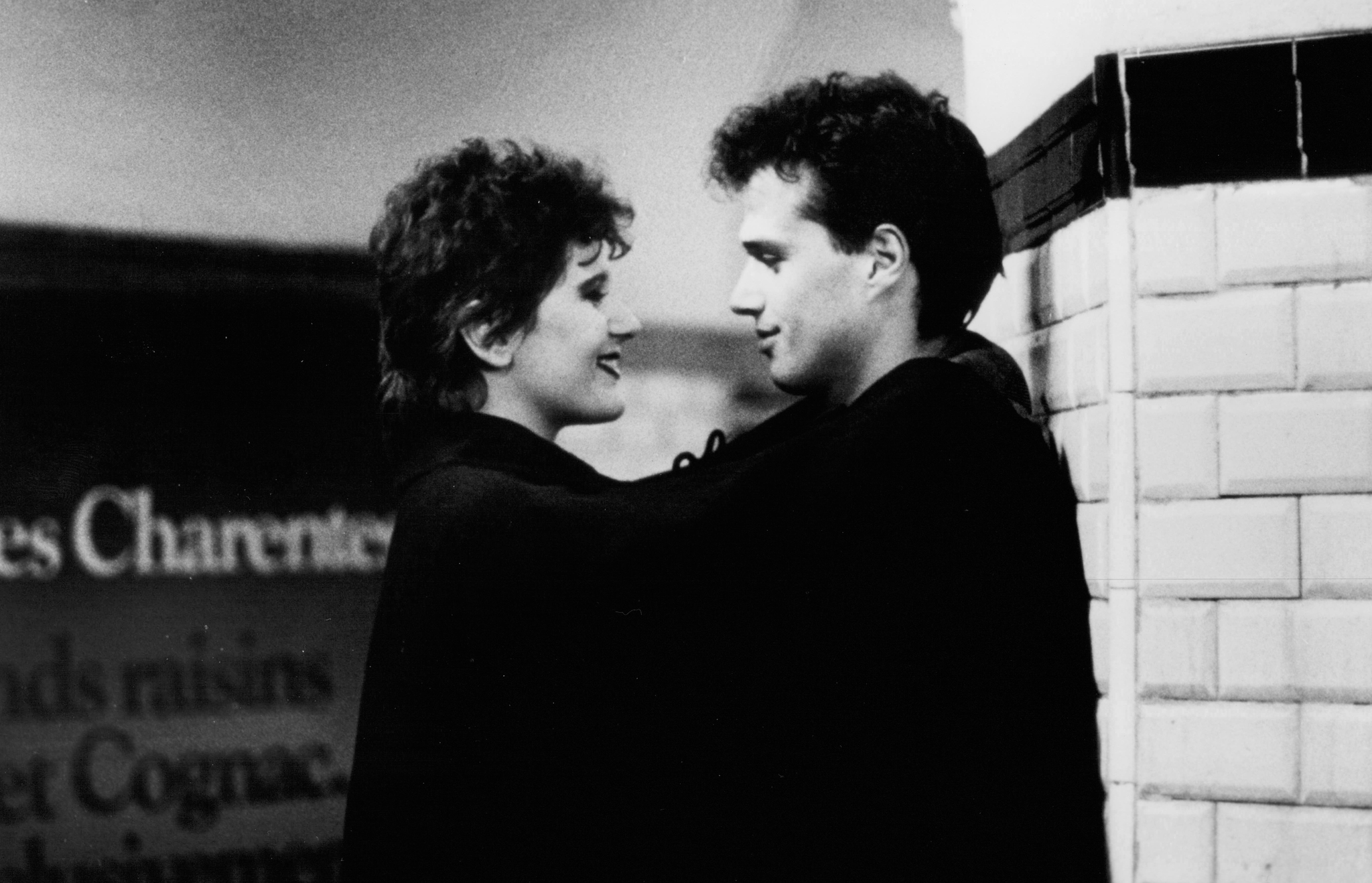 Aurore Clément and Laurent Malet in Invitation au voyage (1982)