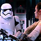 Daniel Craig and Daisy Ridley in Star Wars: Episode VII - The Force Awakens (2015)