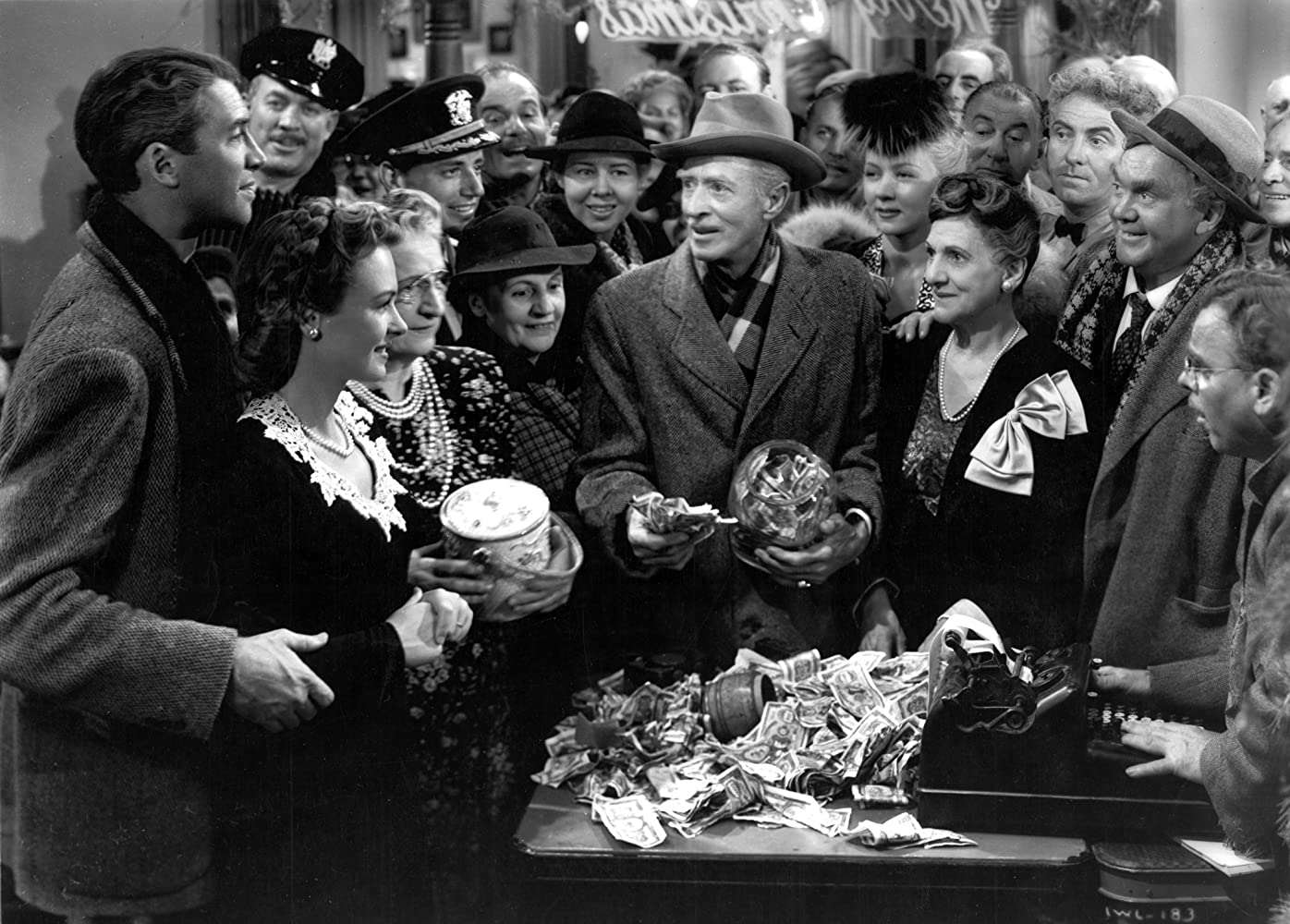 James Stewart, Ward Bond, Donna Reed, Gloria Grahame, Beulah Bondi, Frank Faylen, Todd Karns, Thomas Mitchell, Lillian Randolph, H.B. Warner, and Charles Williams in It's a Wonderful Life (1946)
