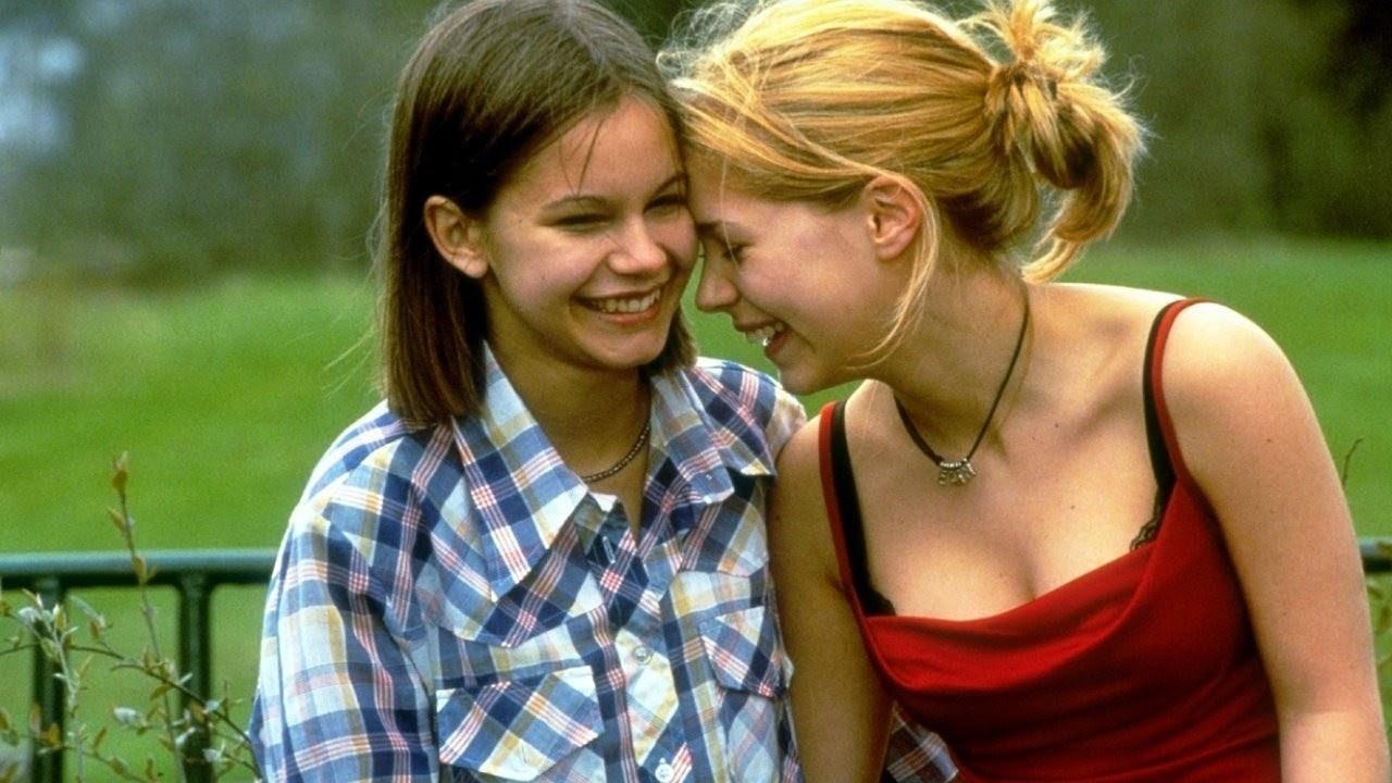 Alexandra Dahlström and Rebecka Liljeberg in Fucking Åmål (1998)