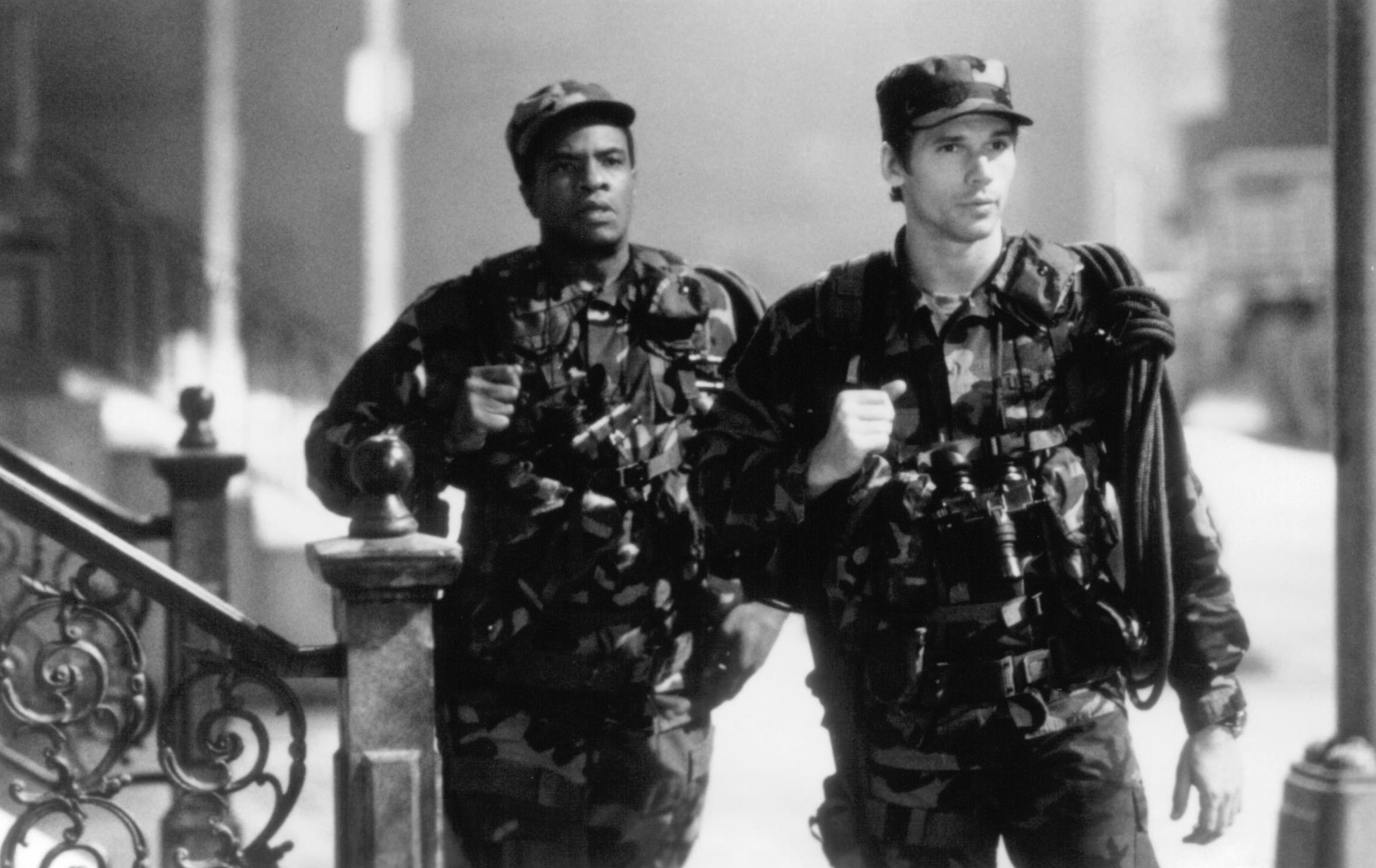 Keith David and Eric Thal in The Puppet Masters (1994)