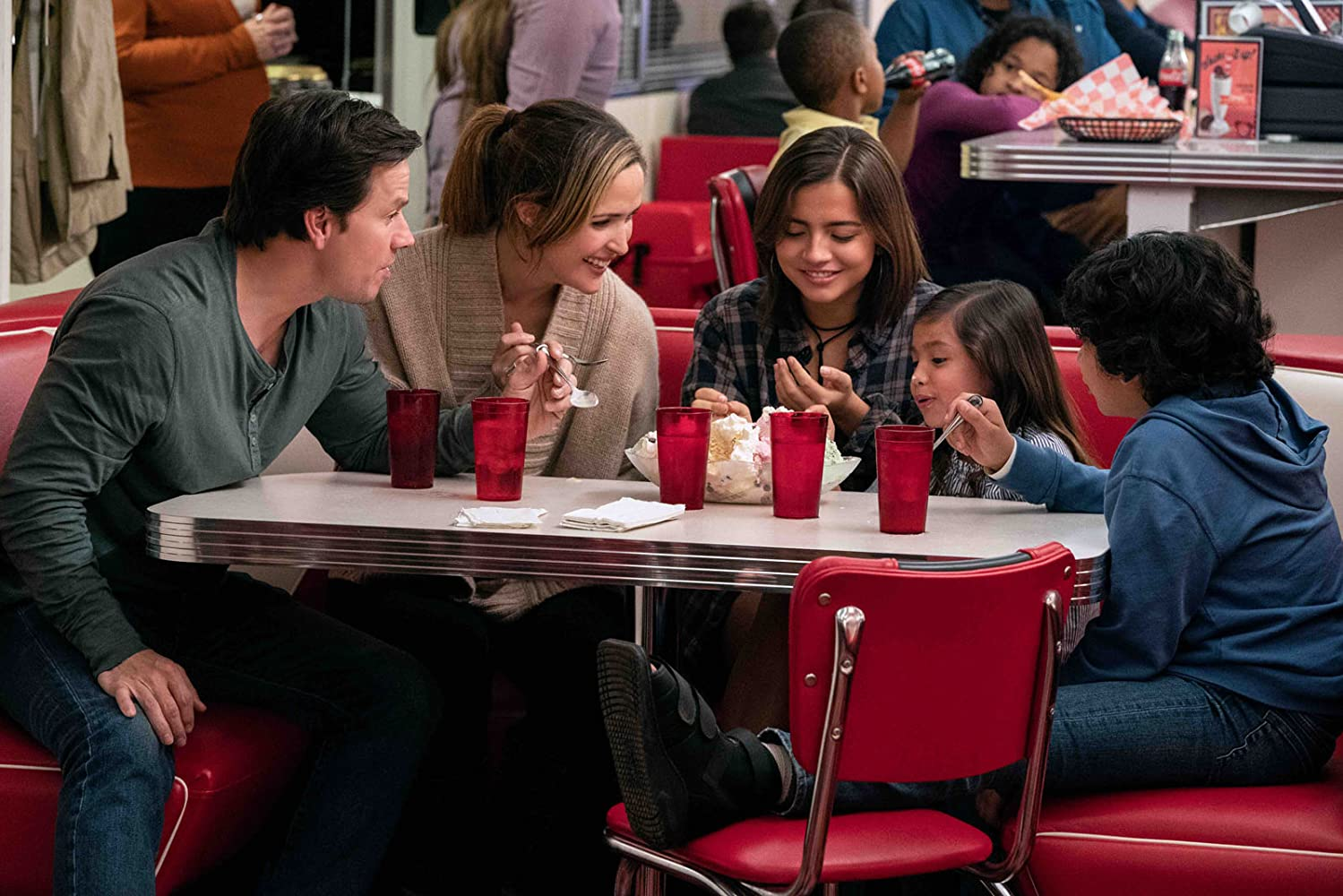 Mark Wahlberg, Rose Byrne, Gustavo Quiroz, Isabela Moner, and Julianna Gamiz in Instant Family (2018)