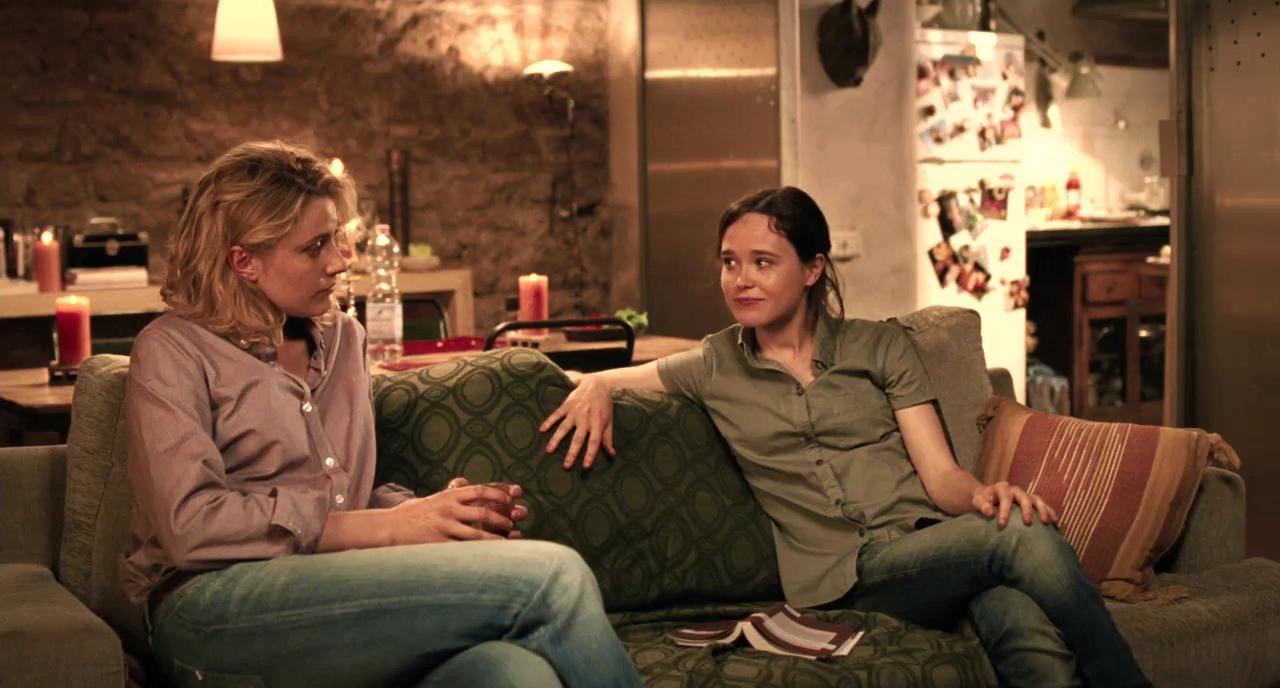 Ellen Page dan Greta Gerwig dalam To Rome with Love (2012)