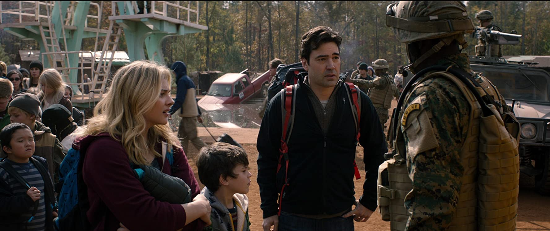 Ron Livingston, Chloë Grace Moretz, and Zackary Arthur in The 5th Wave (2016)