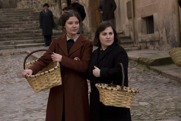 Inma Cuevas and Mónika Vedia in La señora (2008)