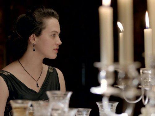 Jessica Brown Findlay dalam film Downton Abbey (2010) (IMDb)