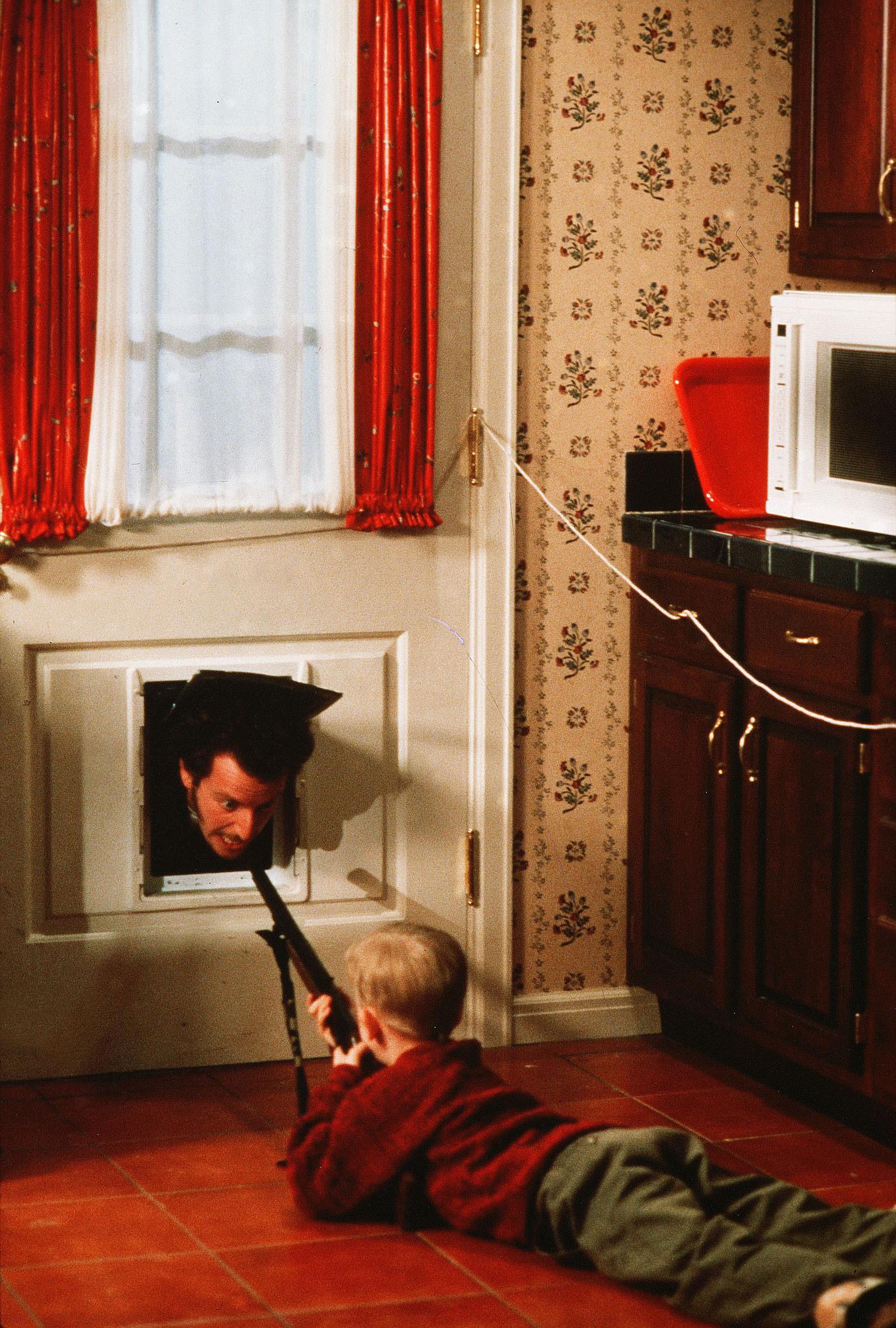 Macaulay Culkin and Daniel Stern in Home Alone (1990)