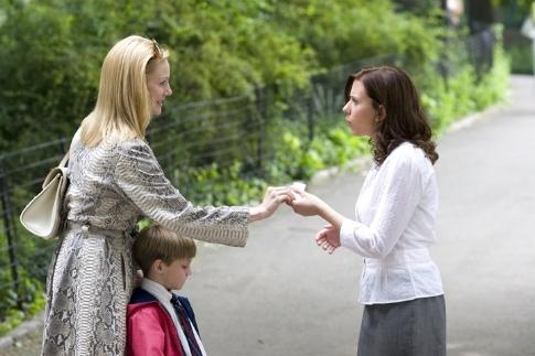 Laura Linney, Scarlett Johansson, and Nicholas Art in The Nanny Diaries (2007)