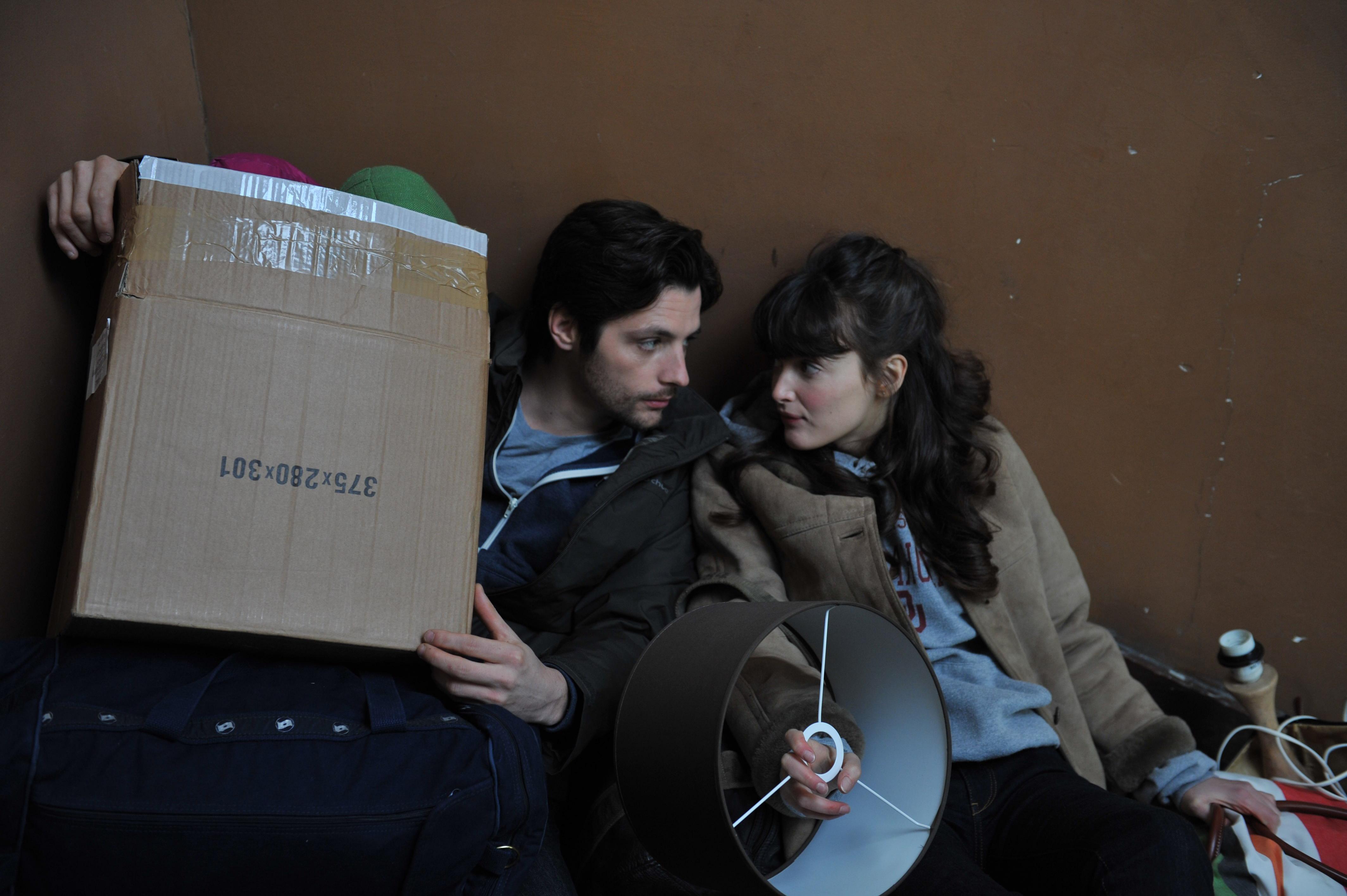 Raphaël Personnaz and Charlotte Le Bon in La stratégie de la poussette (2012)