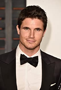 Robbie Amell Picture