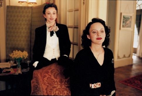 Marion Cotillard and Sylvie Testud in La môme (2007)