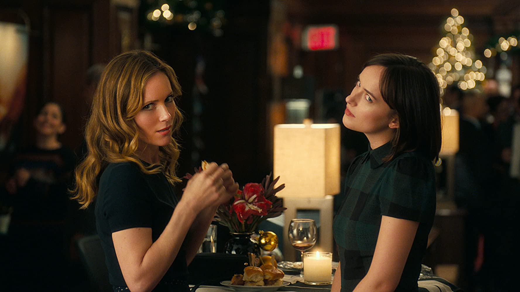 Leslie Mann and Dakota Johnson in How to Be Single (2016)