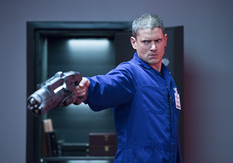 銃を持つ『プリズン・ブレイク』ウェントワースミラー